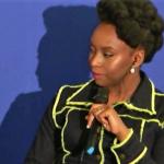 Franse journalist vraagt aan Chimamanda Adichie of er boekwinkels in Nigeria zijn