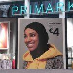 In Primark Antwerpen mag het personeel géén hoofddoek dragen, maar wél verkopen!